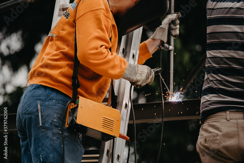 A structural steel worker working on a high rooftop Canvas-taulu