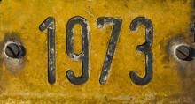 Gelbes Verwittertes Schild Mit Jahreszahl 1973