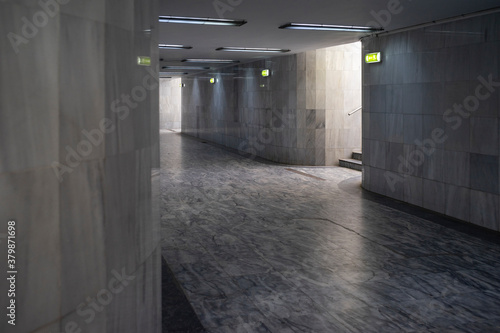Fotografía Underground passage for pedestrians with marble flooring and tiles