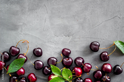 Fotografía Sweet red cherries with leaves, flat lay, top view