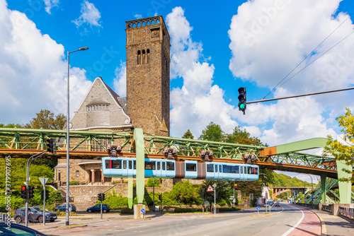 Foto Schwebebahn Train Passing a Church at a junction in Wuppertal, Germany