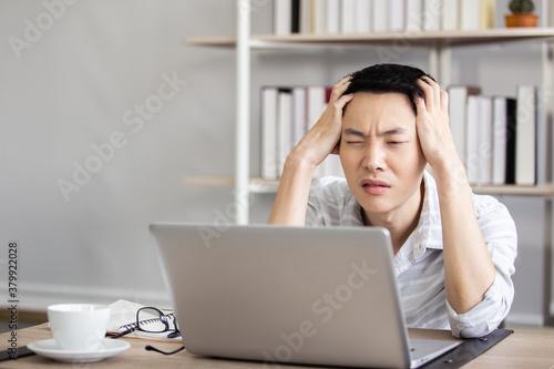 Fotografía asian caucasian businessman unhappy strain work