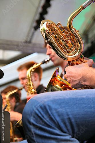 Fotografía Detailansicht der Ventile und Windungen eines Baritonsaxofons während eines Big Band Konzertes