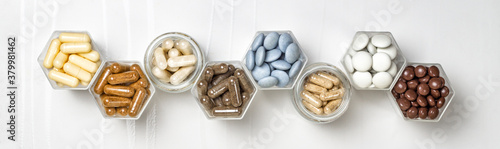 Photo Various capsules and pills with dietary supplements or medicines in hexagonal ja