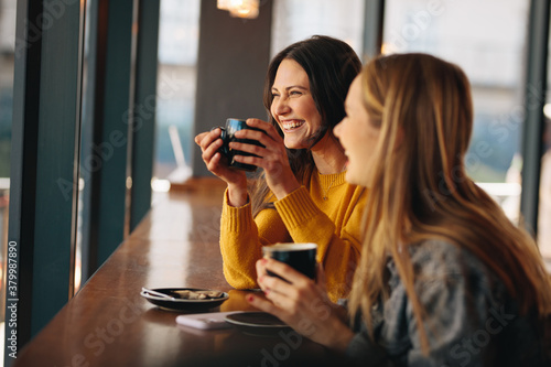 Friends having great time at a coffee shop Fototapeta