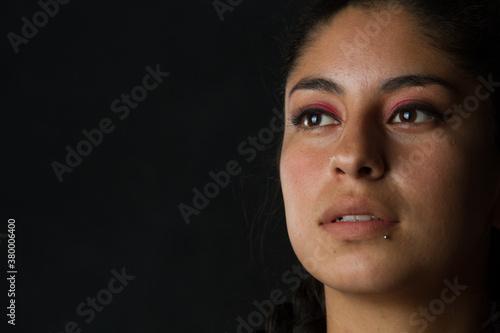 Mujer latina pensando Wallpaper Mural