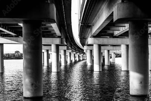 Czarno białe, wiadukt. autostrada, woda, słupy podtrzymujące drogę, wiadukt