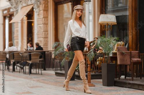 Fotografía Gorgeous sexy blond model  walking on the  street