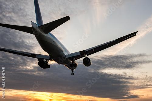 Photo 夕暮れの到着便 飛行機のアップ
