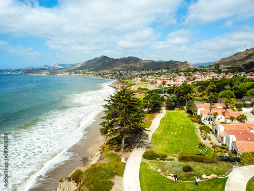 Photo a stunning aerial shot of the lush green grass and lush green trees, blue sky, c