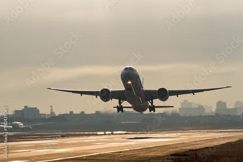 朝の出発便 朝日と飛行機 離陸後 Fotobehang