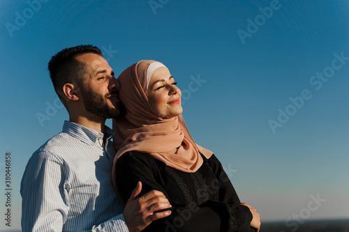 Fotografía Muslim love story on the blue sky background