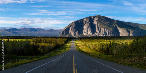 Foto Scenic Route, Alaska Hwy, during a sunny and cloudy day