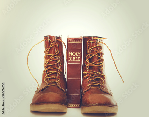 Papel de parede Bible and boots on gray background