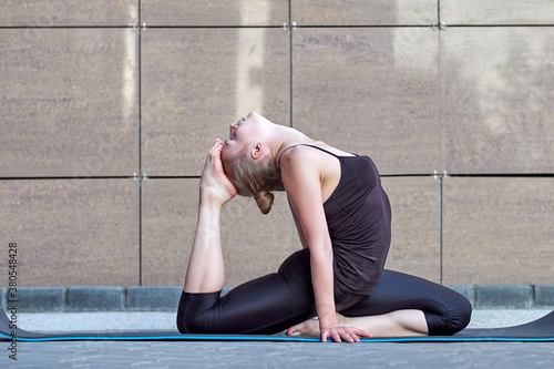Foto Stretching woman
