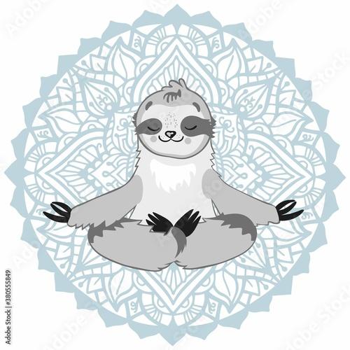 Naklejka premium Leniwiec w pozie jogi lotosu na tle ornamentu okrągłej mandali. Ilustracja wektorowa jogi, medytacji i relaksu.