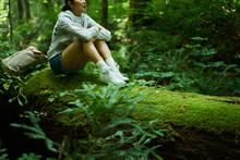森の中で休憩する女性