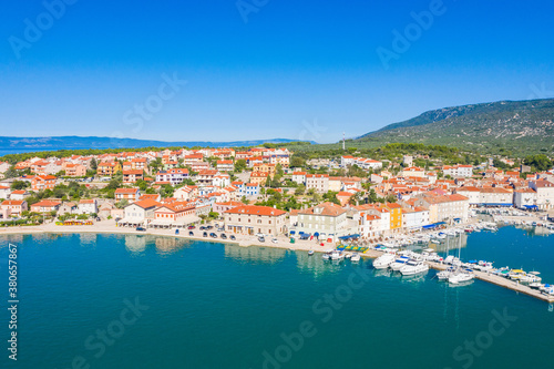 Photo Aerial view of beautiful town of Cres on the island of Cres, Adriatic sea in Cro