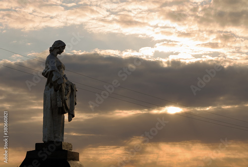 Obraz monument to warriors 2 wwii on the background of sunset - fototapety do salonu
