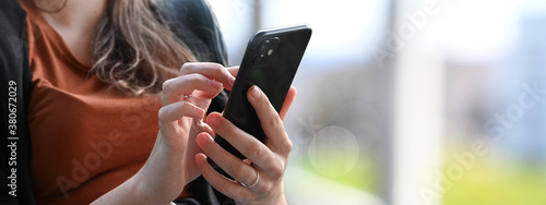 Fotografía Young beautiful woman using smartphone for social media contacts