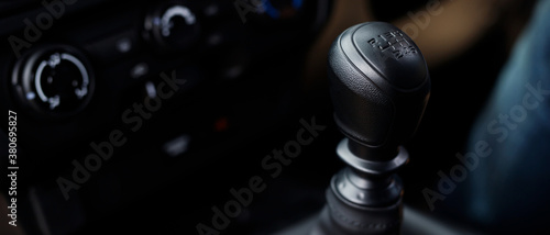 Foto Manual Transmission Driving. Modern Car with 6 speed gear stick.