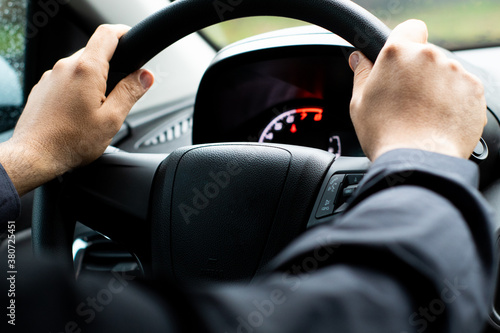 Foto man's hand on steering wheel, driving a car Selective focus / close up from a ma