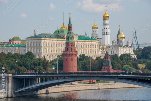 Fototapety, obrazy: Vista del Kremlin desde el puente de Bolshói Kámenny sobre el río Moscova en la ciudad de Moscú, Rusia
