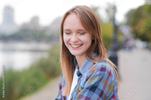 Photo Portrait of a beautiful and happy girl outdoors