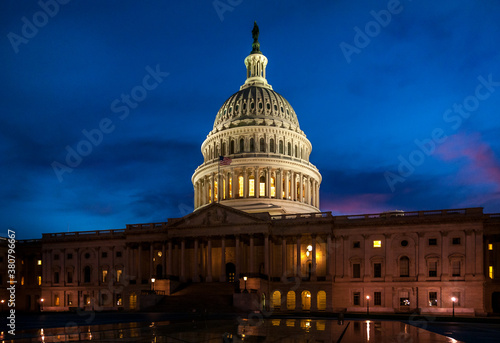 Foto The Capital Building Illuminated After Dark