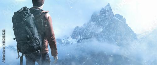 Obraz na plátně Rucksack Wanderer im winterlichen Gebirge