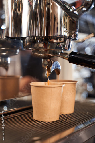 Valokuva Espresso pouring to the cardboard cups