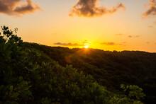 Por Do Sol Dourado Em Montanha A Beira Mar