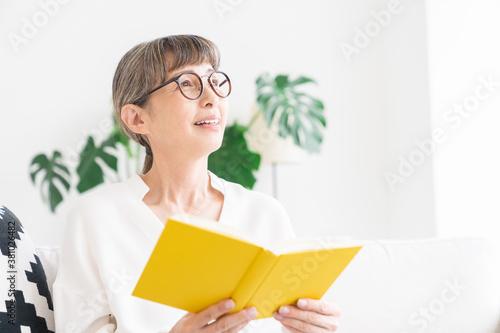 Obraz 本を読むシニア女性 - fototapety do salonu