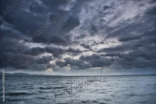 Fotomural 悪天候な空に広がる雲と海