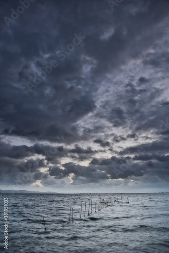 Tablou Canvas 悪天候な空に広がる雲と海