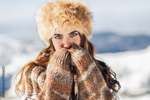 Cuadros en Lienzo Young woman enjoying the snowy mountains in winter