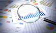 ビジネス資料を虫眼鏡で詳しく調べる