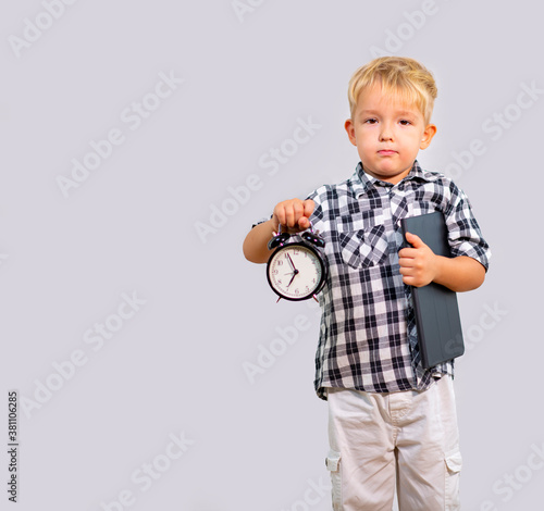 Valokuvatapetti boy with alarm clock in hand (6:55) and tablet computer under his arm