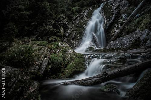 Foto Mountain brook waterfall time lapse
