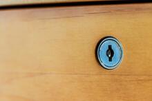 机の引き出しと鍵穴