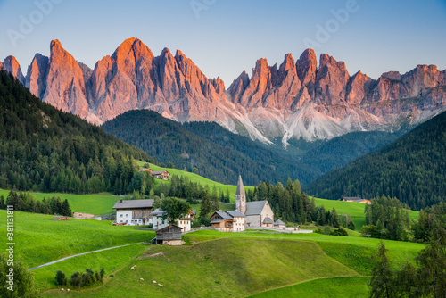 Fotomural View of Val di Funes or Villnöß during sunset with Santa Magdalena church and En