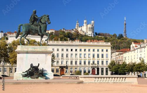 Cuadros en Lienzo La statue de Louis IX sur  la place Bellecour à Lyon et la basilique de Fourvière en arrière plan