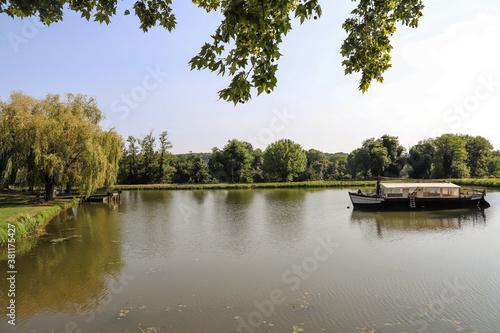 Fotografie, Obraz Canal et gabare par une belle journée d'été