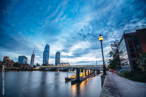 Photo Evening view of the Thames river from the embankment with beautiful skies