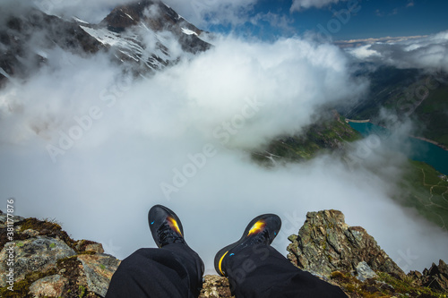 Fotomural Feets hanging from a steep cliff in Austria Hochgebirgsstauseen