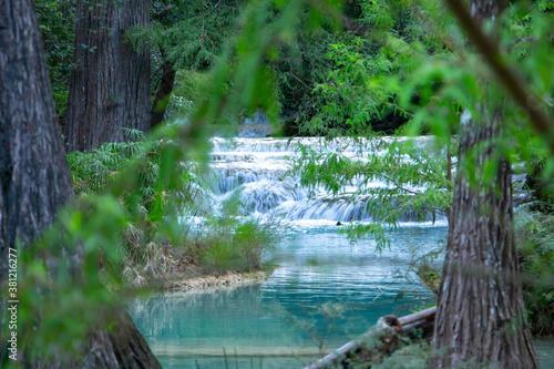 Fototapety, obrazy: Río en bosque con cascadas, árboles, azul turquesa, hojas verdes, pozas de agua azul, salto de agua.