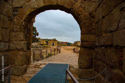 Carta da parati Ancient stone arch of entrance to monumental archaeological complex