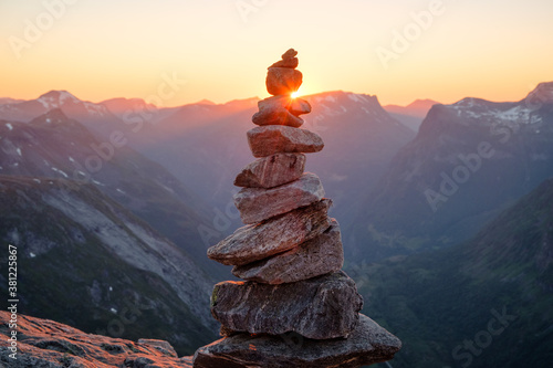 Stacked rocks with sunset overlooking mountains Tapéta, Fotótapéta