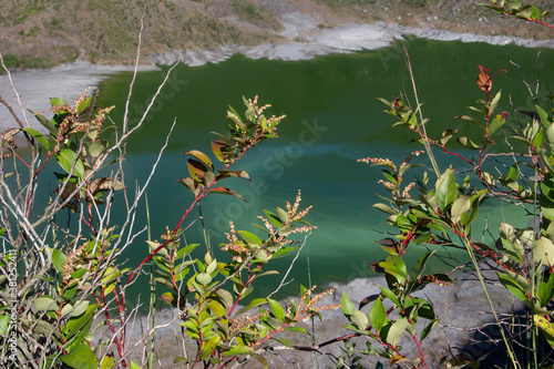 Obraz na plátně Volcán laguna verde cráter rocas volcánicas aguas termales