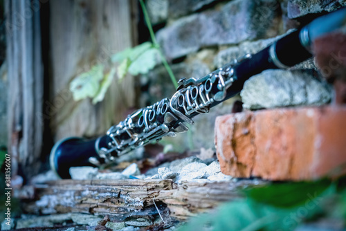 Carta da parati Old clarinet on a background of a beautiful old broken brick wall